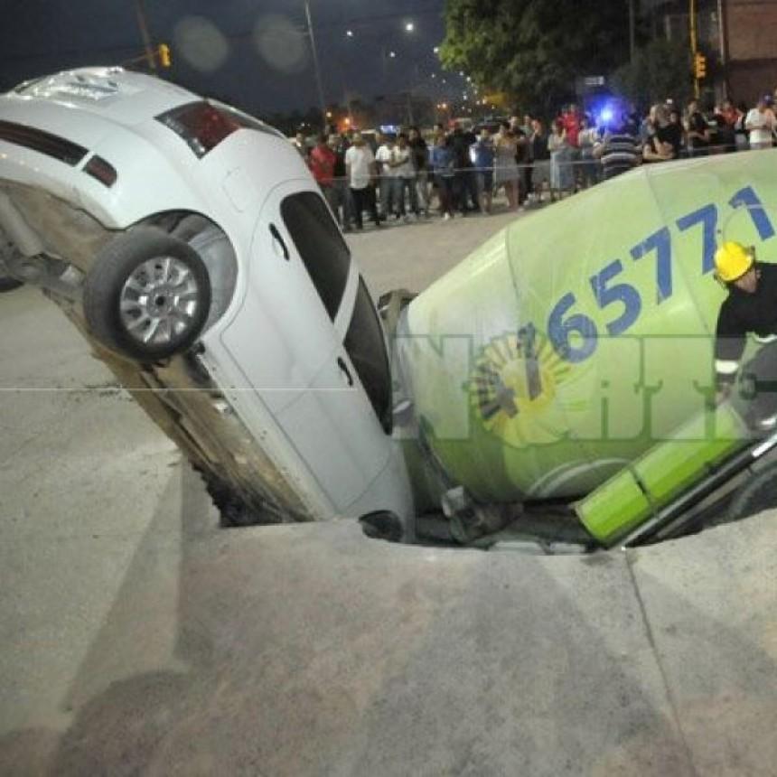 Se hundió el pavimento, camión y auto cayeron en un gigante hueco