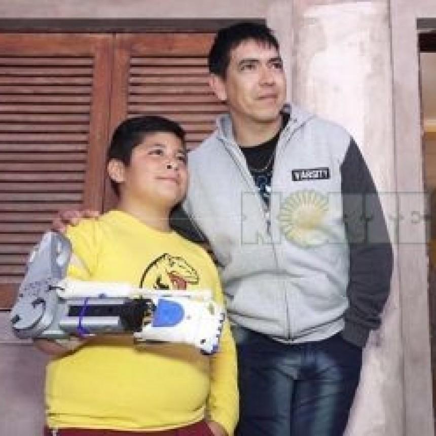 Gino Tubaro, el inventor solidario, entregó una prótesis en Charata