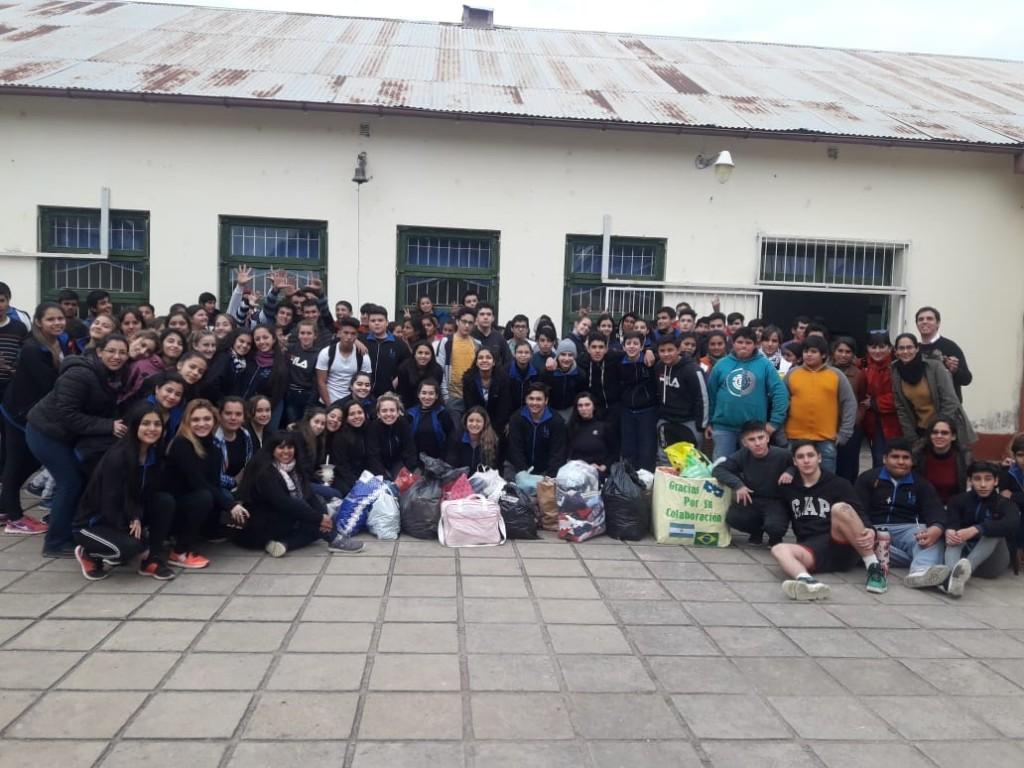 Estudiantes del Secundario Felix Frias Entregaron Donaciones a Estudiantes de la EES N° 124 de Colonia J. J. Paso.